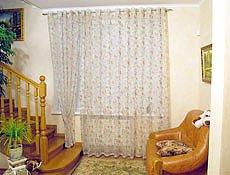Тюль в гостиную коллекция  Fashionvoile (Италия). Легкая, воздушная комбинированная тюль,  посажена на люверсы,  сочетает в себе натуральные  льняные розы на органзе. Карниз круглый кованый цвет матовое серебро.г. Ирпень