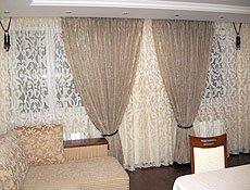 Комплект в гостиную:  ткань коллекция RossoIroco (Турция). Комплект сочетает в себе два оттенка легкой полупрозрачной ткани, рисунок на ткани повторяет рисунок на диванных подушках, комплект дополняют деревянные подхваты. Карниз потолочный на две дорожки установлен в нишу.г. Ирпень.