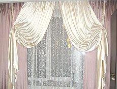Комплект штор в гостиную: ткань искусственный шелк коллекция JustFabric (Италия)тюль шитье на сетке коллекция Elizabeth(Турция). Комплект сочетает в себе два цвета ткани, светлая по краю обшита стеклярусной бахромой, подвешена на подхваты, обработанные такой же бахромой. Карниз потолочный на две дорожки установлен в нишу.г. Ирпень.