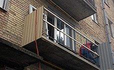 Обшивка парапета балкона профнастилом на подготовленный каркас из срощеного деревянного бруса