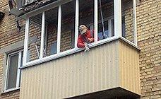 Сборка металлопластиковых конструкций в один цельный балкон, подрезка и закрепление отливов и козырьков