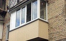 В проемы балкона вставлены стеклопакеты, последние штрихи по настройке фурнитуры