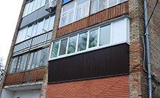 Металлопластиковый балкон с выносом из профиля Rehau,  с наружной обшивкой профнастилом коричневого цвета RAL 8017.