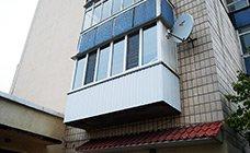 Наружная обшивка балкона металлическим профнастилом белого цвета RAL9003