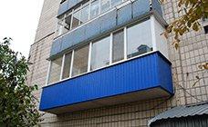 Застекленный балкон металлопластиковыми конструкциями из профиля Rehau, парапет обшит профнастилом синего цвета RAL 5005.