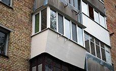Балкон с сварным выносом,  металлопластиковый профиль Rehau, обшивка парапета вагонкой бесшовной, цвет - кремовый.
