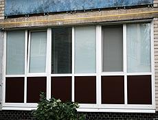 Металлопластиковый балкон, 1й этаж -защита сендвич панели  металлическим цветным заполнением, конструкции собраны через специальные фасадные стойки с металлом, г. Ирпень