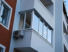 Металлопластиковый угловой балкон, в боковой части предусмотрена открываемая створка для обслуживания кондиционера, г. Ирпень