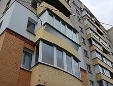 Металлопластиковые балконы- верхний прямой  с сварным выносом, нижний радиусный через эркерный профиль, г. Буча