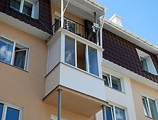 Металлопластиковый балкон с наружной обшивкой парапета бесшовным пластиком и зашивкой спец профилем угловых опорных труб, г. Ирпень