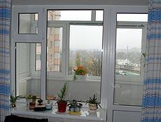 Металлопластиковый балконный блок, профиль Rehau (Рехау),  в верхнем левом углу окна встроена поворотно откидная форточка,подоконник глянцевый (Лючидо Бьянко) Данке. г. Ирпень