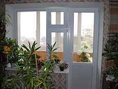Металлопластиковый балконный выход, профиль Rehau (Рехау), правая часть окна разделена на два открывания, верхняя створка выполняет роль поворотно откидной форточки. г. Ирпень