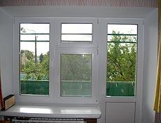 Выход на балкон, металлопластиковый профиль Rehau (Рехау), примыкающее к двери окно разделено на три части, все три открываемые в двух плоскостях, верхняя правая продумана как форточка для проветривания. г. Буча