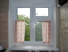 Металлопластиковое кухонное окно, профиль Rehau (Рехау). По просьбе Заказчика окно разделено на три части, для удобного мытья наружных стекол все части открываемые. Для комфортного проветривания верхняя правая створка продумана как поворотно-откидная форточка. г. Буча