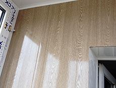 Внутренняя обшивка балкона: задняя стенка - вагонка пластиковая бесшовная,  цветная имитация под натуральный дуб. г. Ирпень