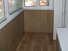 Внутренняя обшивка балкона: стенка парапета утепление пенопласт 50мм, вагонка бесшовная пластиковая, цветная под дерево; пол - выравнивание лаги деревянные, утепление пенопласт, OSB плита 20мм, линолеум с утеплителем, плинтуса пластиковые; на переднюю часть металлопластикового балкона установлены жалюзи горизонтальные солнцезащитные, цвет Авокадо  г.Ирпень