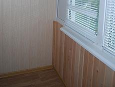 Внутренняя обшивка балкона: боковая стена - вагонка МДФ под светлое дерево; парапет - утепление пенопластом 50мм, вагонка натуральное дерево ольха. Подготовлена ниша для дальнейшей установки шкафа. Подоконник глянцевый DANKE (Данке). На  металлопластиковые окна установлены жалюзи горизонтальные белые.  г. Ирпень