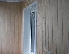 Внутренняя обшивка балкона: стена - утепление пенопластом 50мм,  отделка МДФ вагонкой под светлое дерево, установлены светильники для освещения; боковые стенки проема окна выполнены пластиковой откосной системой Данке; на бесшовный пластиковый потолок установлена сушка для белья. г. Ирпень